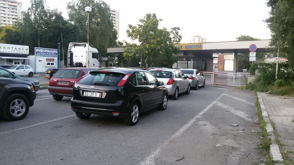 Бариерата, пред която се нареждат автомобилите за регистрация и пререгистрация, готови да влязат в каналите за преглед