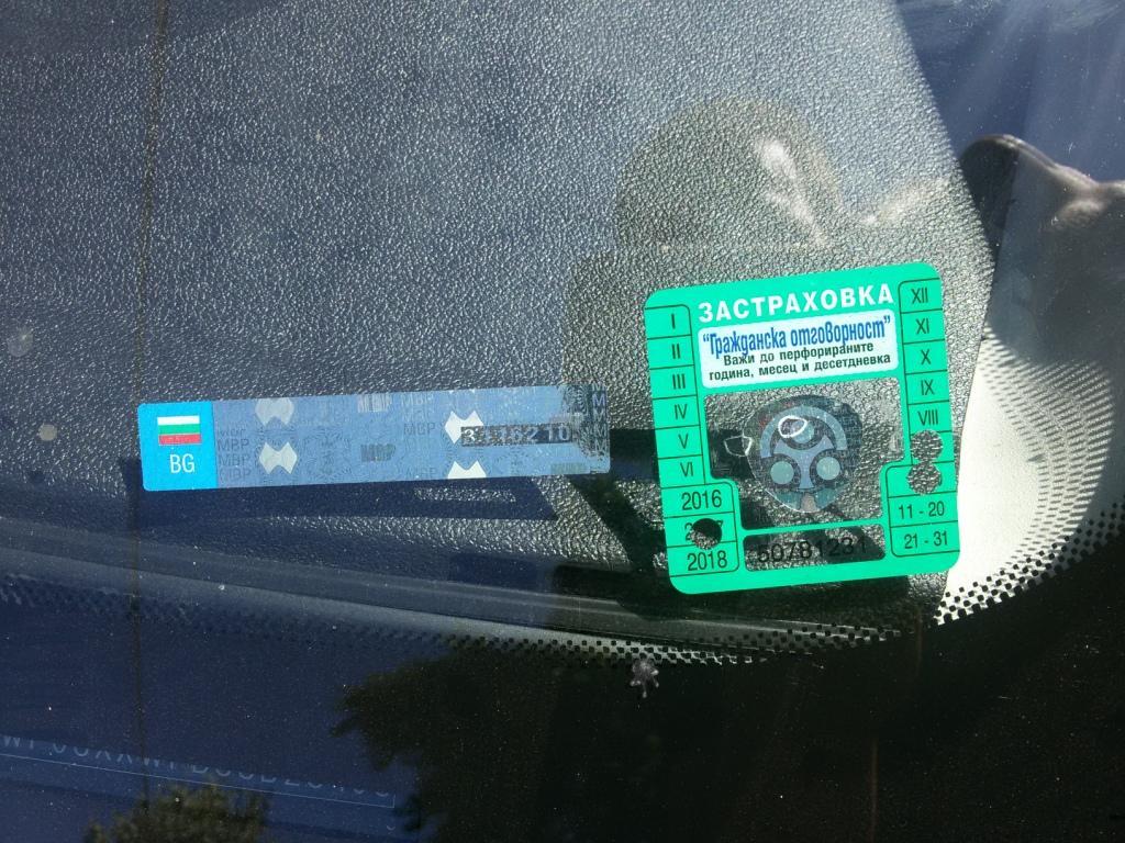 Залепени в долния ляв ъгъл на предното стъкло на автомобила стикер за гражданска отговорност и стикер за технически преглед