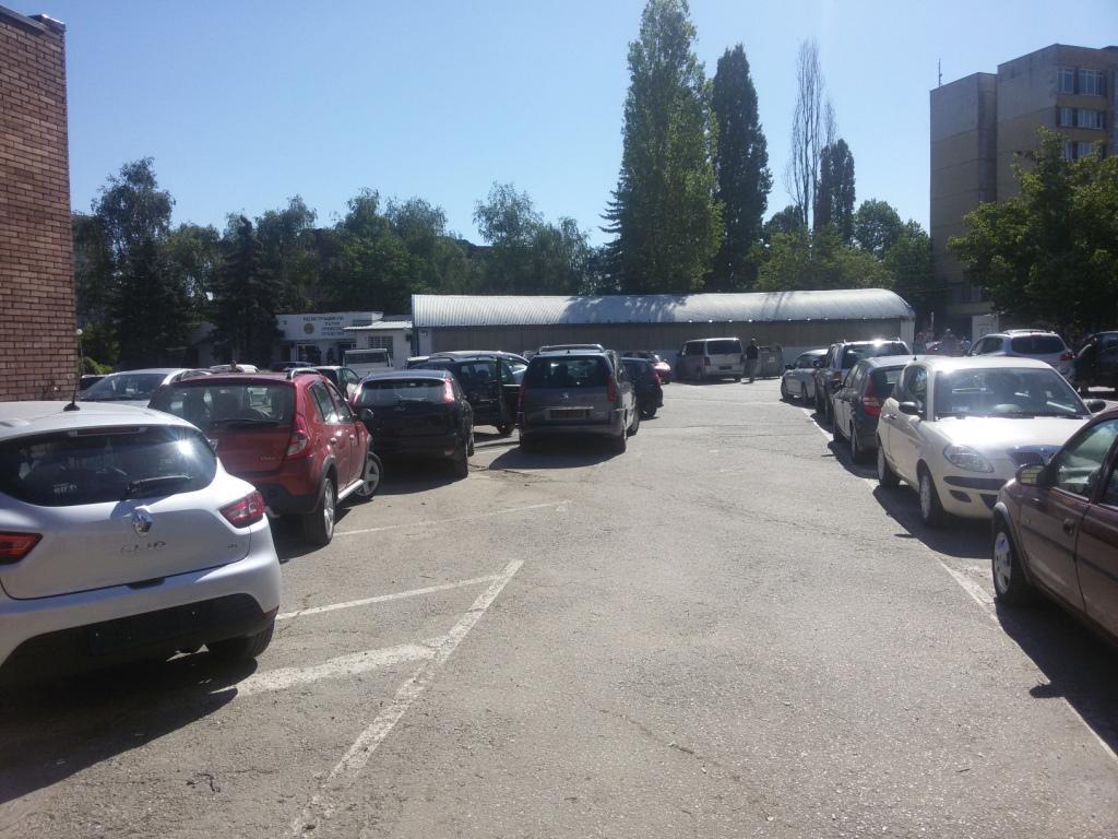 Изглед на паркиранга зад каналите. Паркирали МПС-та след премит преглед през технологичните линии.